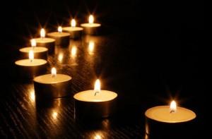 Bougies pour les victimes et leurs proches
